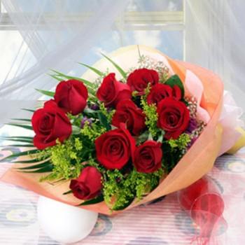 Ανθοδέσμη με 10 Κόκκινα Τριαντάφυλλα και Σολιντάτο
