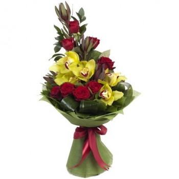 Ανθοδέσμη με Κόκκινα 8 Τριαντάφυλλα, Ορχιδέα Σιμπίντιουμ και Πρασινάδες Πολυτελείας