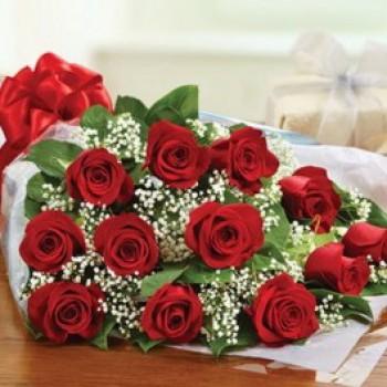 Ανθοδέσμη με 12 Κόκκινα Τριαντάφυλλα και Γυψοφύλλη