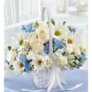 Καλάθι  με Λευκά Τριαντάφυλλα, Χρυσάνθεμα, Μπλε Αμάραντο  και Πλούσιες Πρασινάδες