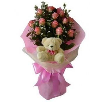 Ανθοδέσμη με Τριαντάφυλλα και Πλούσιες Πρασινάδες Συνοδεύονται από Λούτρινο Αρκουδάκι