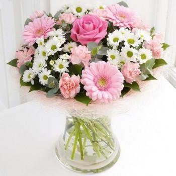 Μπουκέτο με Φούξια Τριαντάφυλλα, Ροζ Ζέρμπερες, Χρυσάνθεμα και Πλούσιες Πρασινάδες