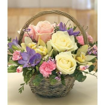 Καλάθι Σύνθεση με Ορχιδέα Σιμπίντιουμ και Τριαντάφυλλα